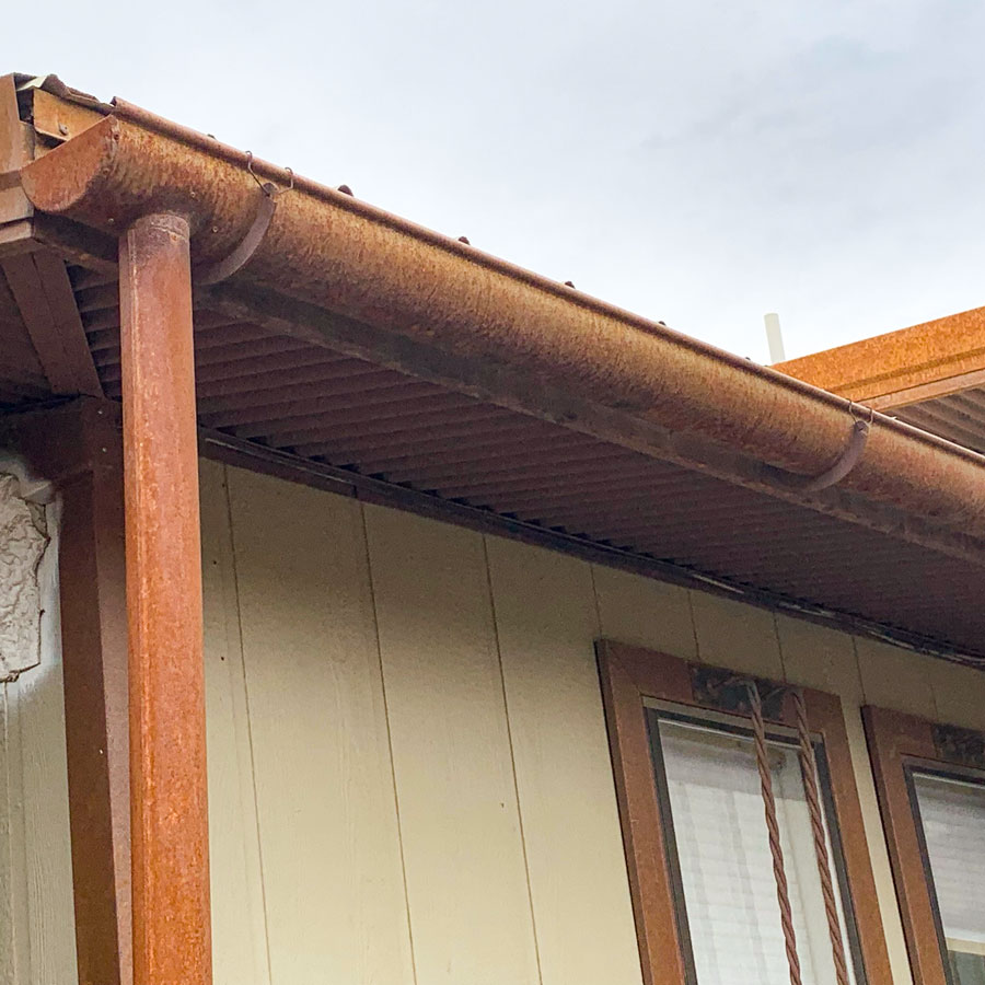 Metal gutter for roof drainage